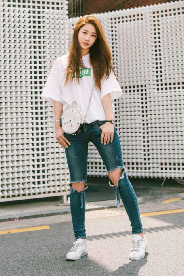 Sự kết hợp giữa áo thun nữ cùng với quần jean giúp bạn trông thật cá tính